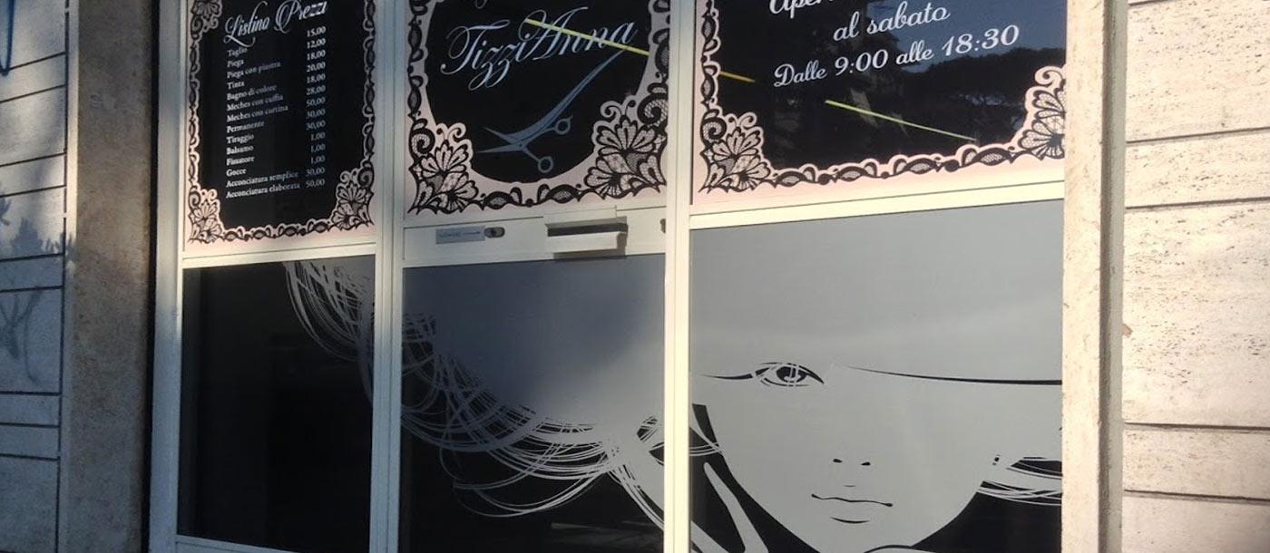 Stampa Adesivi e Scritte Prespaziate per vetrina Stampa Adesivi e Scritte Prespaziate per vetrina grafica pubblicitaria a roma Scritte su vetrina 02